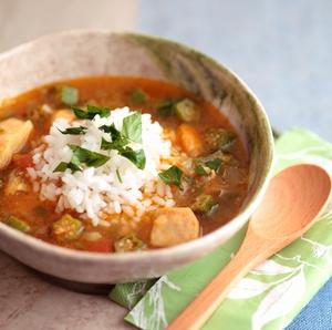 「鶏肉のガンボスープボウル」のレシピをご紹介!【ヤミーさんの毎日野菜を食べたくなるカル・ボウル】